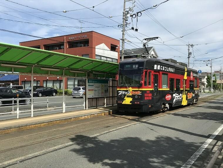 徒歩10分(約800m)撮影:2021年8月 豊橋駅から岩田運動公園までを結ぶ市内路面電車。豊橋の顔としての側面をもつ街のシンボル。