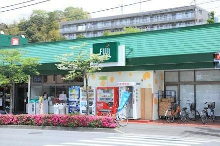 スーパー 【FUZIスーパー上中里店】周辺には食料品を扱うお店があまり無く、重宝されているスーパーマーケットです。駐車場も広く品揃え豊富で毎日のお買い物に欠かせないですね。(営業時間)9:30-22:00
