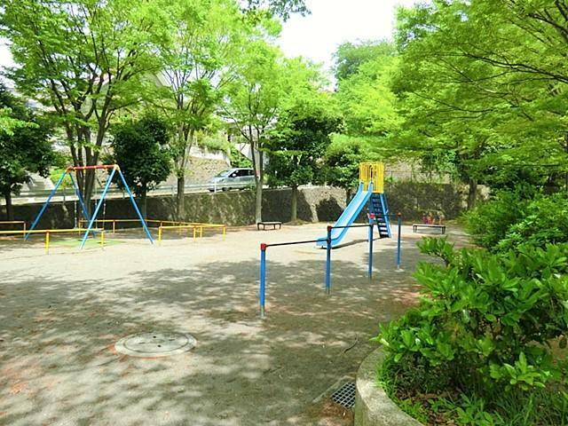 公園 【富岡第三公園】住宅街の中にある公園です。遊具もあるので大人からお子様までお楽しみ頂けます。公園の設備には水飲み・手洗い場があります。