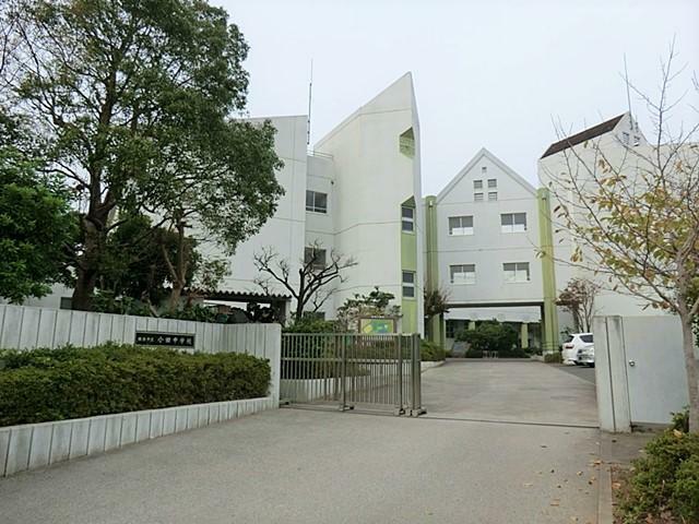 小学校 【小田小学校】閑静な住宅街の中にある小学校です。繁華街からも離れており、お子様同士が遊びに行く際も安心することが出来ます。計600名の生徒(令和3年4月現在)が在校しています。