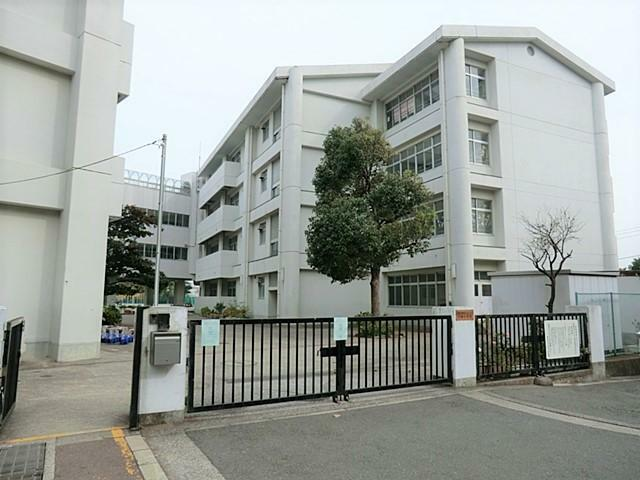 中学校 【小田中学校】登下校の時間も、友情を育む大切な時間です。お友達とのおしゃべりを楽しみながらの通学で、あっという間に感じられる距離です。教室からは東京湾を行き来する大型船舶、房総半島、東京スカイツリーまで眺めることが出来ます。