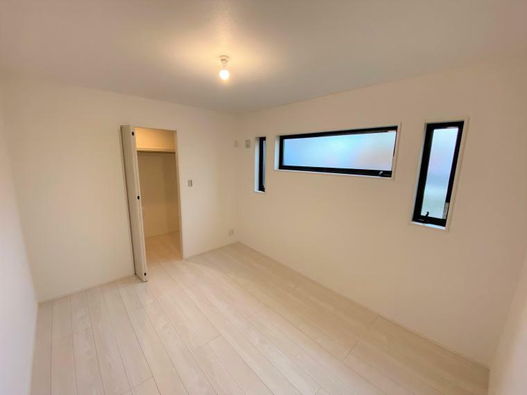 洋室 1階の各居室にはそれぞれ収納を完備!しっかりとした容量のスペースを確保しているので、お部屋は美しい空間を保てますね。