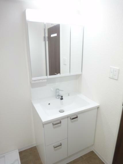 洗面化粧台 三面鏡収納・シャワー水栓