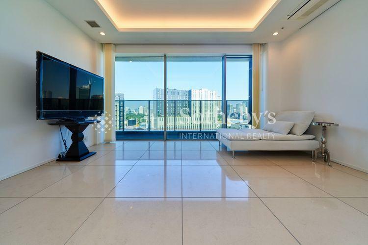 居間・リビング ~リビングダイニング~折上げ天井やタイル張りで高級感のあるリビングダイニング。窓も大きく、開放的で明るいお部屋です。