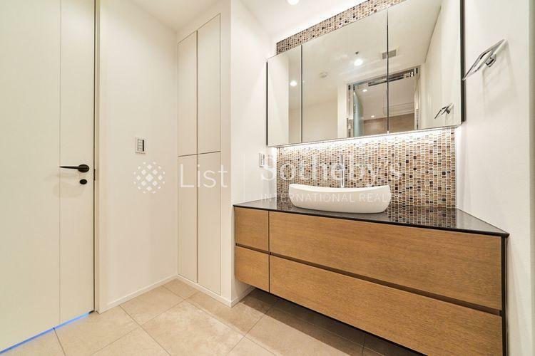洗面化粧台 ~洗面化粧室~三面鏡を配したデザイン性に優れた高級感溢れる洗面台。収納も豊富でリネン類などの収納もばっちりです。