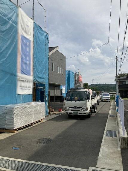 現況外観写真 西側は幅員約5.2メートルと広く、駐車もラクラクです。
