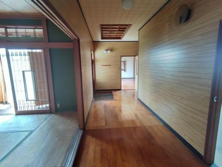 【リフォーム前写真】廊下写真です。これから重張りを行い、天井、壁はクロス張替えを行っていきます。宅内の建具も交換していきます。