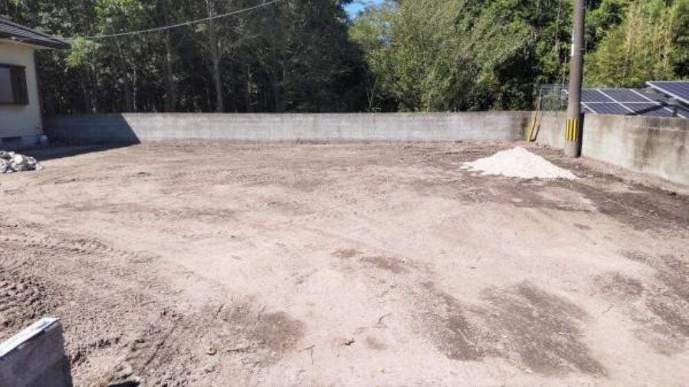 外観写真 【リフォーム中】駐車スペースです。これから砂利を敷く予定です。車4台以上は停められそうですね。