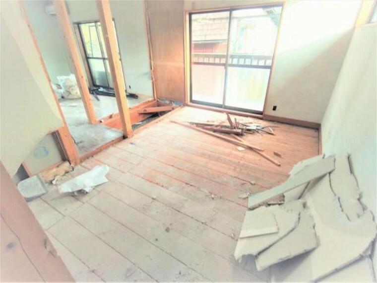 洋室 【リフォーム中10/18撮影】(変更の可能性あり)2階の6帖の和室は洋室に変更予定です。先日解体が終わりました。壁、天井は新しいクロスを張り、床は畳からフローリングに変更します。扉も片引き戸に変更予定なので、お部屋のデッドスペースも減り、快適にご利用いただけます。