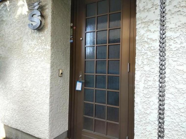 玄関 【リフォーム中】玄関の鍵はシリンダーごと交換します。以前の鍵は合わなくなりますので、安心して生活できますよ。