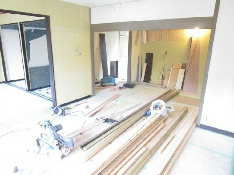 居間・リビング 【リフォーム中】LDKは床材の張替、天井・壁のクロスの張替を行います。(2021.10.11撮影)