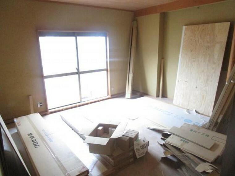 【リフォーム中】1階8畳和室は天井・壁のクロス、障子を貼替し、畳を表替えします。新しい畳の匂いがさわやかな空間になりますよ。(2021.10.11撮影)