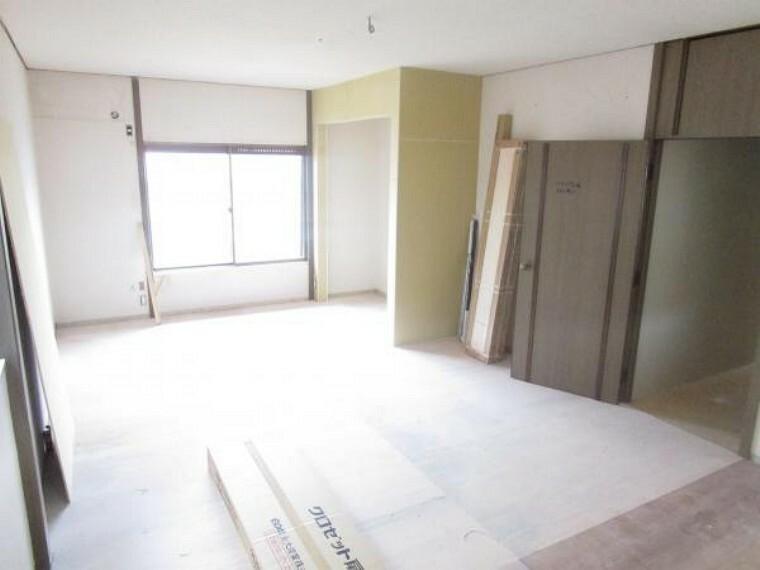 【リフォーム中】2階西側洋室は床材の張替、天井・壁のクロスの張替を行います。クローゼットを新設しますので収納にも困りませんよ。(2021.10.11撮影)