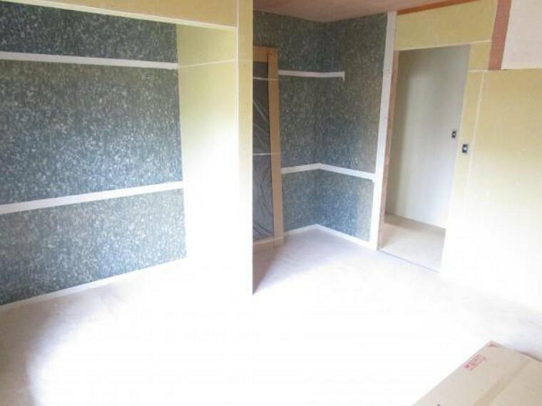 【リフォーム中】2階和室は洋室に変更し、床材の張替、天井・壁のクロスの張替を行います。(2021.10.11撮影)