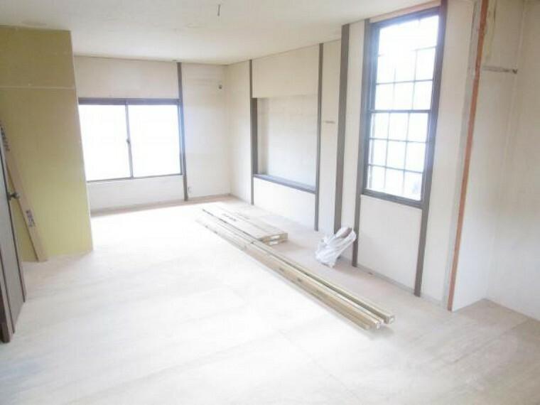 【リフォーム中】2階東側洋室は床材の張替、天井・壁のクロスの張替を行います。クローゼットを新設しますので収納にも困りませんよ。(2021.10.11撮影)