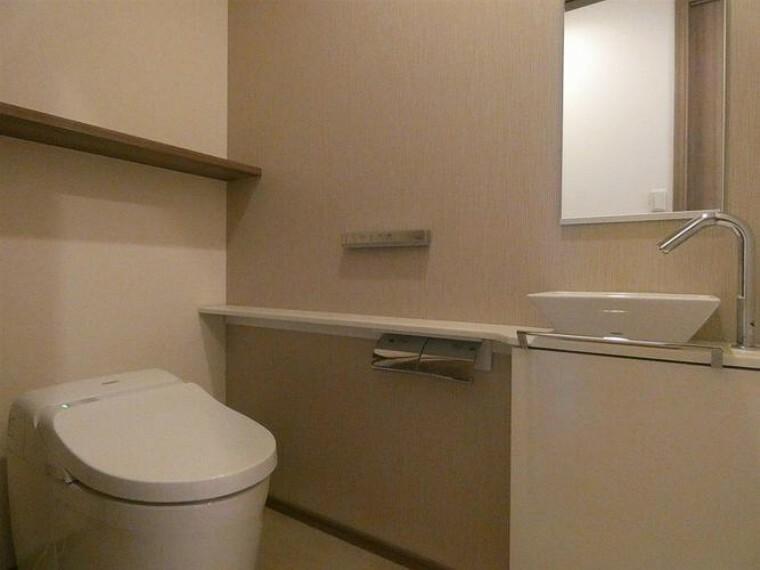 トイレ 引き戸扉で、室内もゆとりを充分確保出来ております。