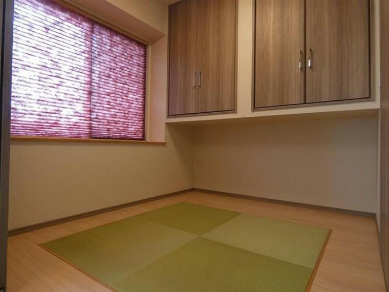 リビングに隣接した和室は洋風なデザインになっております。