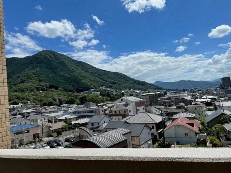 バルコニーからの眺望で足立山が望めます。