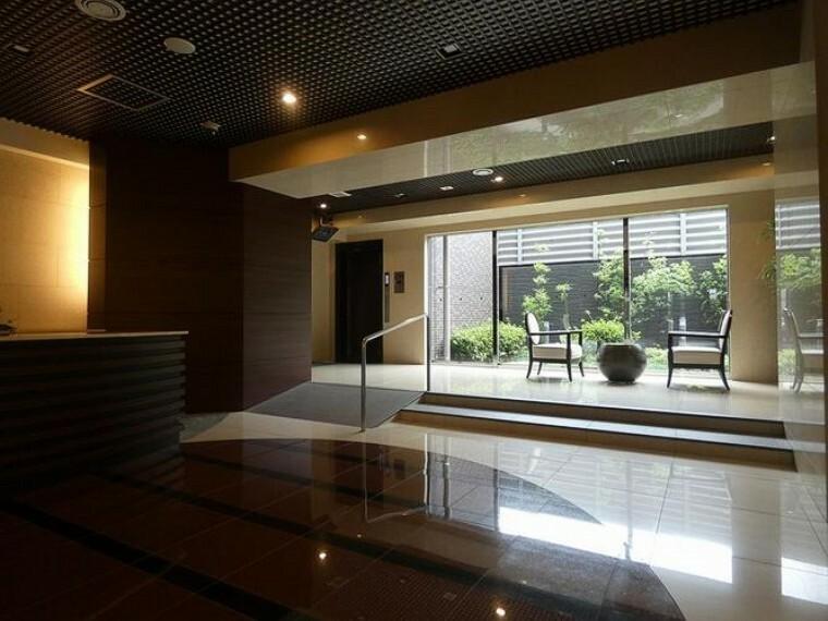 エントランスホール 広々としたホールからは坪庭が望みます。