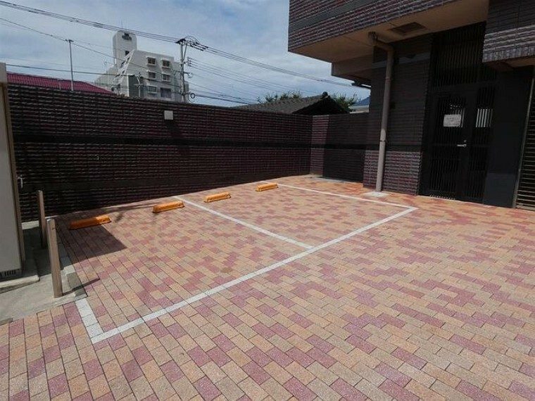 来客様用の駐車場が2台分のスペースがあります。