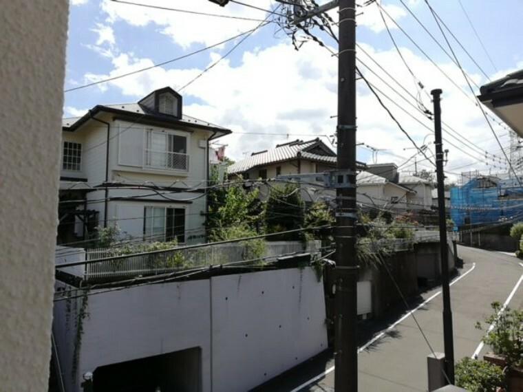 眺望 季節の移ろいに彩られる住宅地。