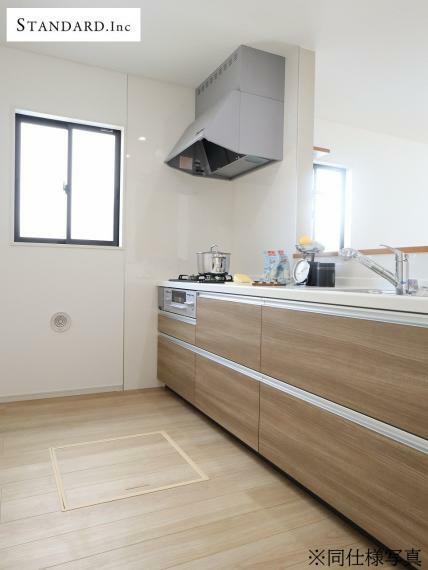 ダイニングキッチン 【同仕様写真】システムキッチン・浄水器一体型シャワー水栓・床下収納