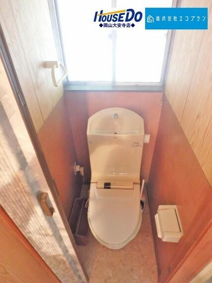 トイレ 洗浄付き便座が魅力的なトイレ。毎日使用する場所だから、換気出来るよう、窓も完備。いつも清潔な空間であって頂けるよう配慮されています