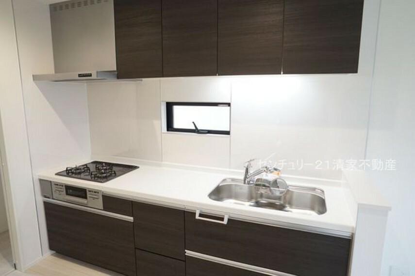 キッチン 2号棟:収納スペース豊富なキッチン!(2021年09月撮影)