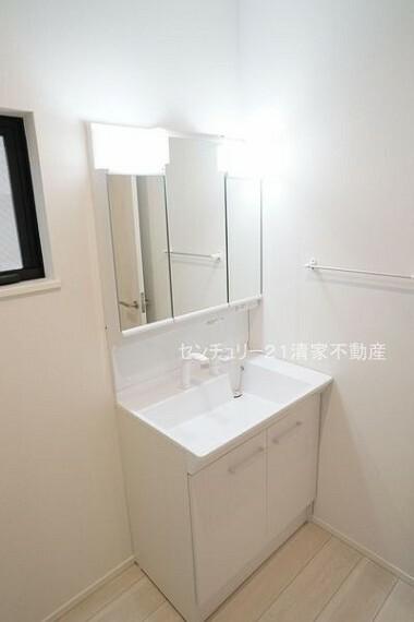 洗面化粧台 2号棟:ワイドな鏡を備えた洗面化粧台(2021年09月撮影)