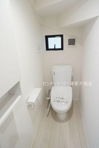 トイレ 2号棟:白を基調とした、清潔感のある水廻りです。(2021年09月撮影)