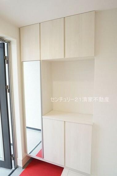 玄関 2号棟:便利なシューズボックス付き!(2021年09月撮影)