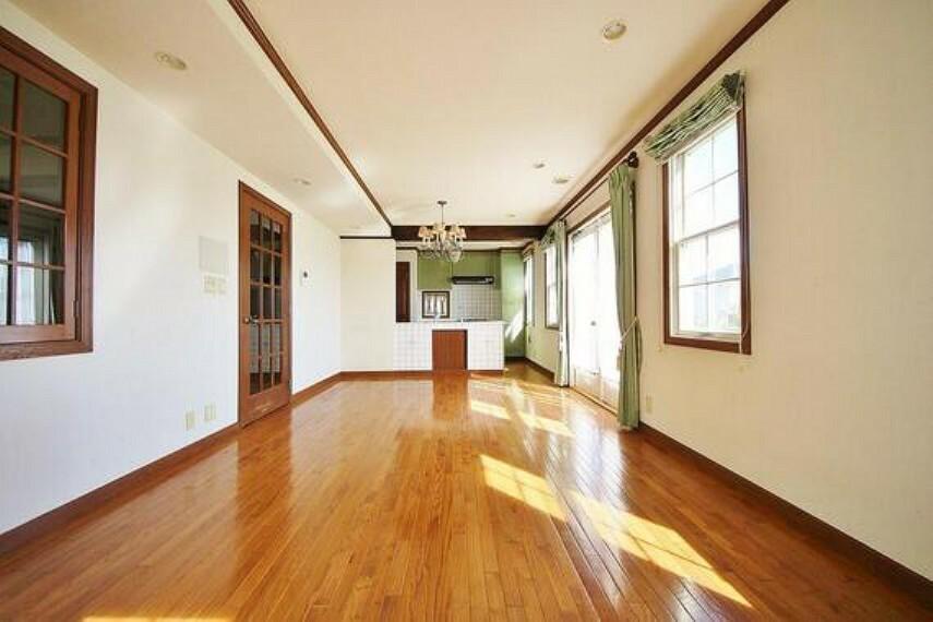 居間・リビング 爽やかな通風と採光を存分に感じる事が出来る空間。毎日の暮らしに癒しをもたらす居心地の良いリビング。