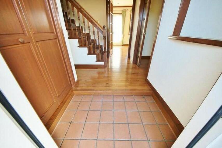 玄関 清潔感が溢れ、訪れる者すべてを「安らぎ」と「充実」で包み込みます。