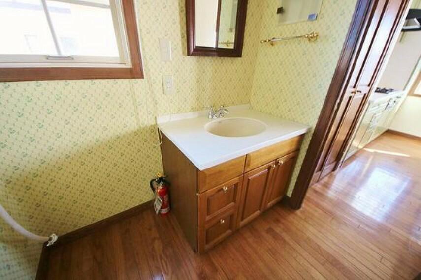 洗面化粧台 収納もさる事ながら、朝の慌ただしい時間もホテルライクなスペースで余裕とゆとりを感じて頂けます。