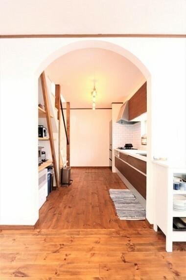 キッチン 【kitchen】まるくくり抜かれた壁は優しい印象を与えてくれます。
