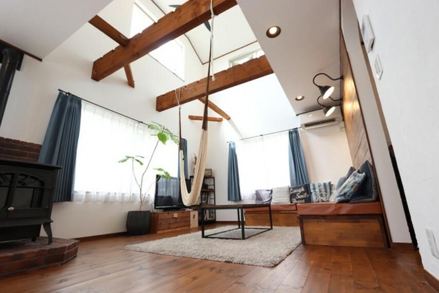 居間・リビング 【Living room】2階からの光が注ぐリビング、床、壁、梁゛ーテンのコントラストが綺麗に映えます!
