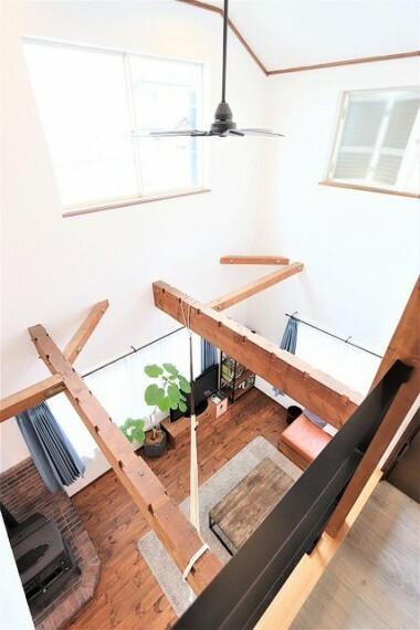 居間・リビング 【Living room】2階からもリビングが見えるので、家族の会話も絶えずに笑い声が響き渡りそうですね!