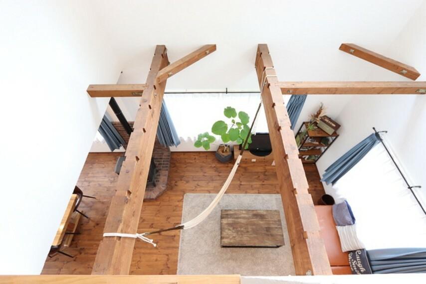 居間・リビング 【Living room】家のポイントともなる梁は、狙って造ったものではないその存在がかっこいいです!