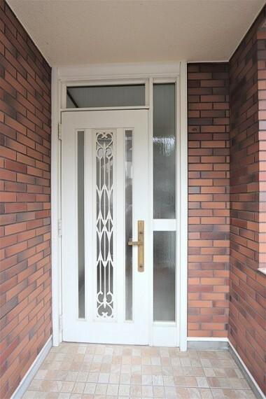 玄関 【entrance】西欧を彷彿とさせる玄関ドア玄関には外の光が入ってくるので明るくなっております。