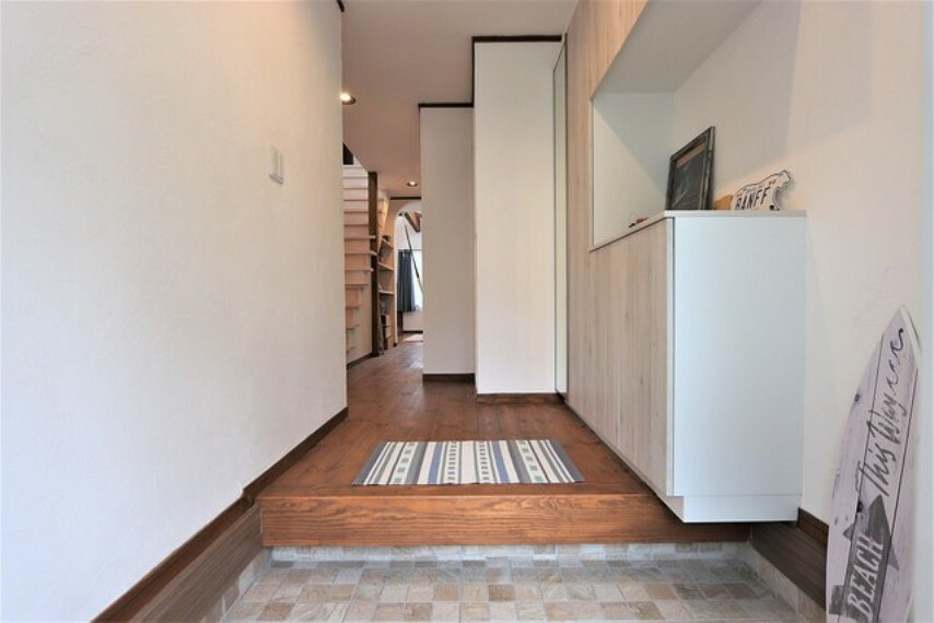 玄関 【entrance】玄関には大型のシューズボックスと荷物が置けるちょっとしたスペース}イン材のフローリングの深みが別空間へと変換させてくれます。