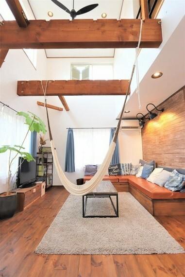 居間・リビング 【Living room】天井まで吹き抜けになっているリビング空間には憧れのハンモック!自然光が燦燦と差し込み一日中いたくなるお気に入りの空間です。