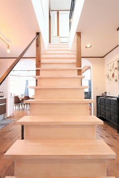 【view from the inside】壁のない階段には2階の窓から明るい日差しが注いでまいります。