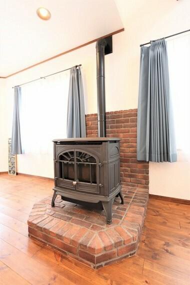 【fireplace】リビングダイニングに置かれた一際目立つ暖炉!本物だからころの暖かみ、深みを感じます!