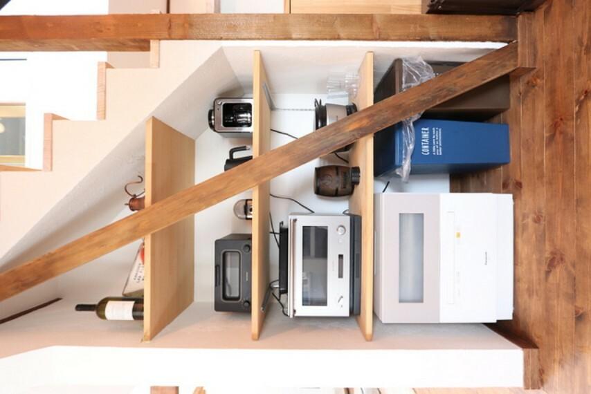 収納 【view from the inside】階段下に設けられた収納スペースはお気に入りの電化製品でお洒落な空間にしたいですね!