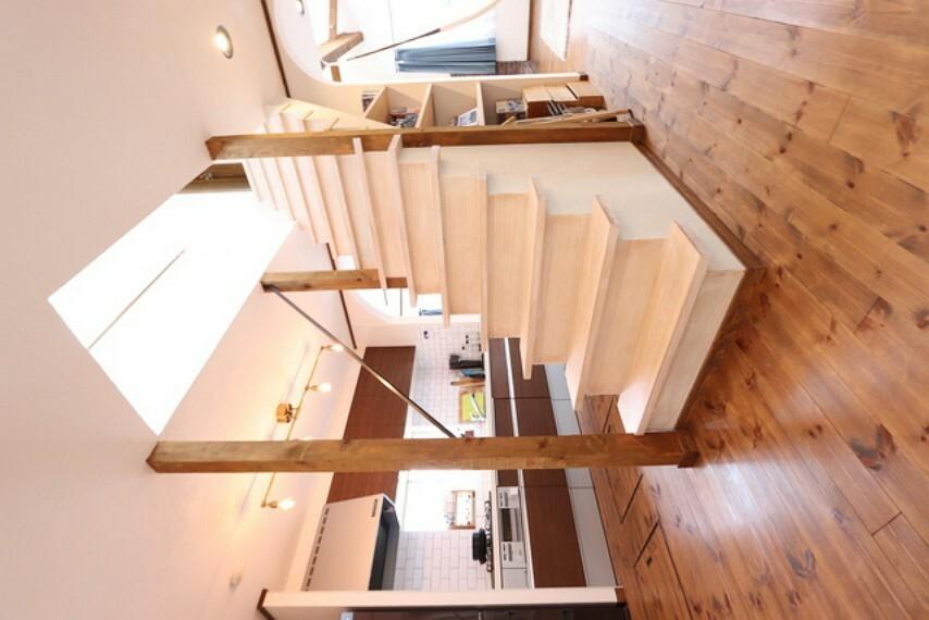 【view from the inside】2階へと続く階段からは自然光が注がれて観る者を惹き付けてくれます。