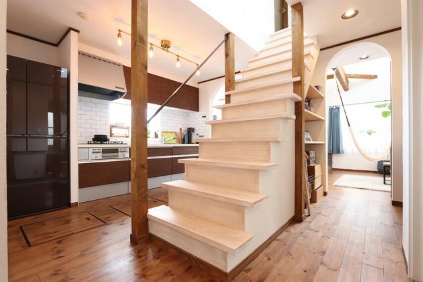 【view from the inside】玄関から入って最初にインパクトのる階段、心ときめく空間へ続く大切なスペースです!