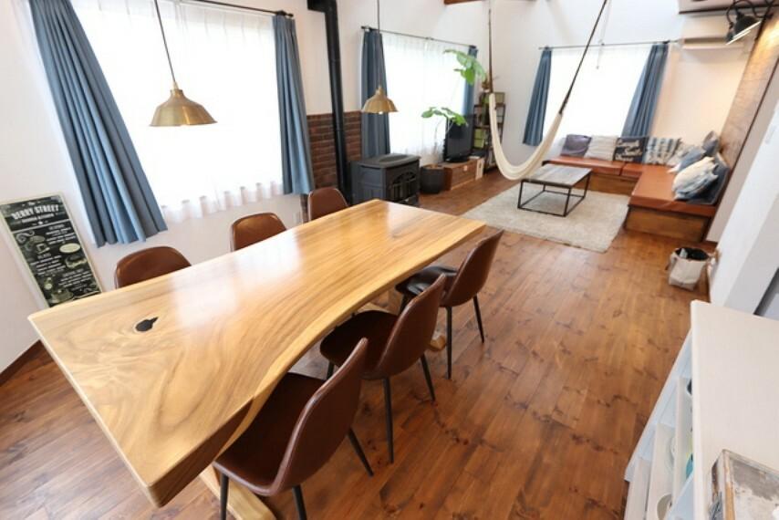 居間・リビング 【Living room】一枚板で造ったダイニングテーブル、友人と一緒にお酒を飲んだり±マ友とカフェスペースと使ったりお仕事をしたりと多用途に活躍!