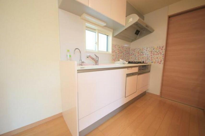 ダイニングキッチン ■収納力のあるシステムキッチンでキッチン廻りもスッキリ片付きます。