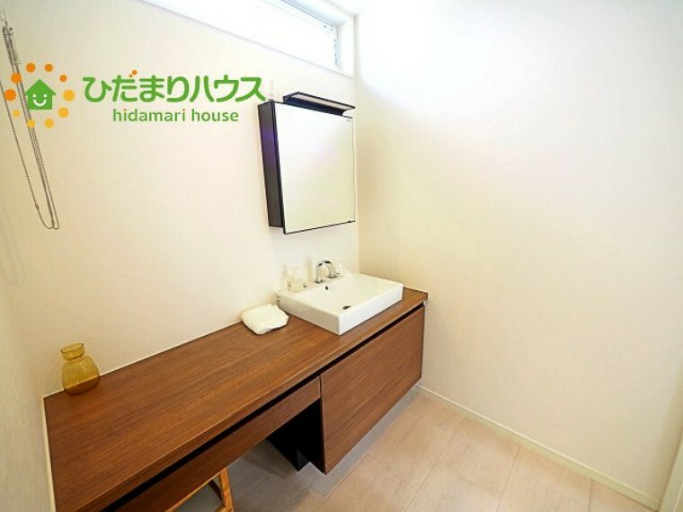 洗面台横には、お化粧スペースや家事スペースにも使えるカウンター式 彡