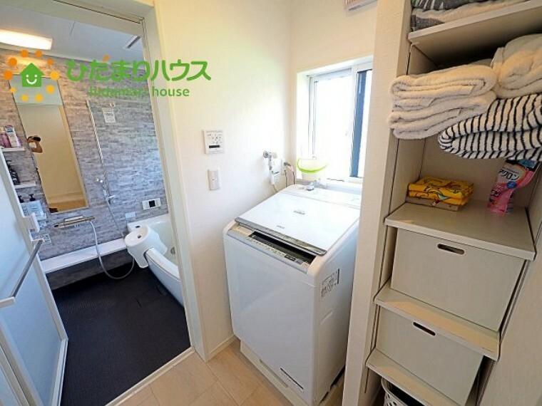 脱衣場 洗濯機横には収納付きで、タオルやパジャマなどが収納できます(^^